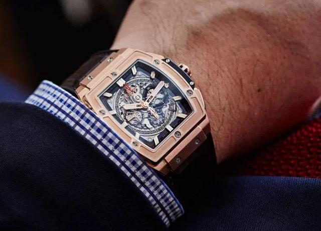 Cách đeo đồng hồ Hublot trẻ trung năng động